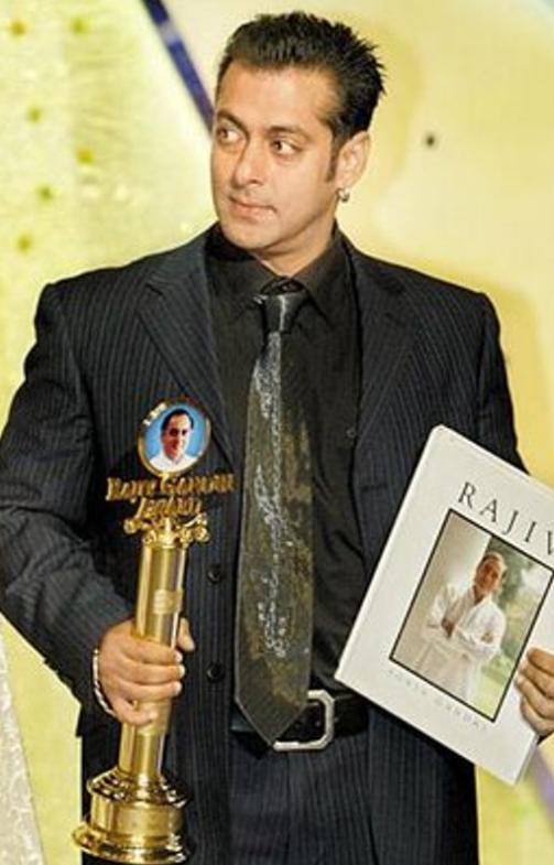 Salman Khan with Rajiv Gandhi Award